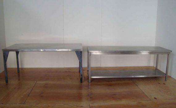 Tavoli in acciaio inox di varie dimensioni.
