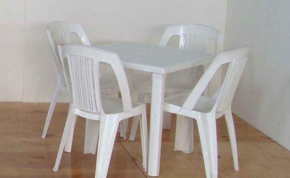 Tavolo e sedie in resina bianca